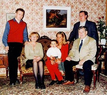 Od prawej: Tomasz, za nim syn Michał, obok synowa Jolanta z synkiem Tomaszkiem, żona Grażyna i syn Jan.