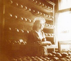 Wanda Vogt we wnętrzu starego sklepu z 1934 r.